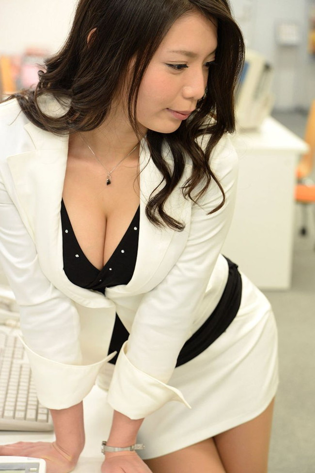 白のスーツがカッコイイ美人なOL!