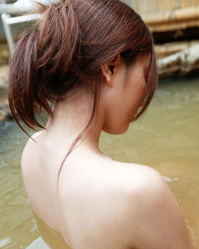 温泉浸かるうなじ美人!