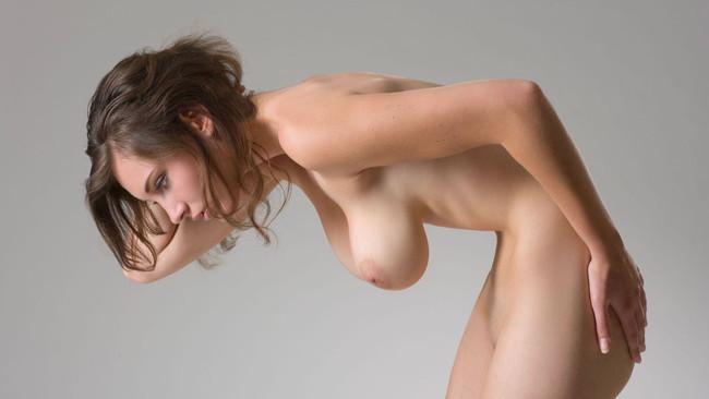 全裸で垂れ乳強調しながら…