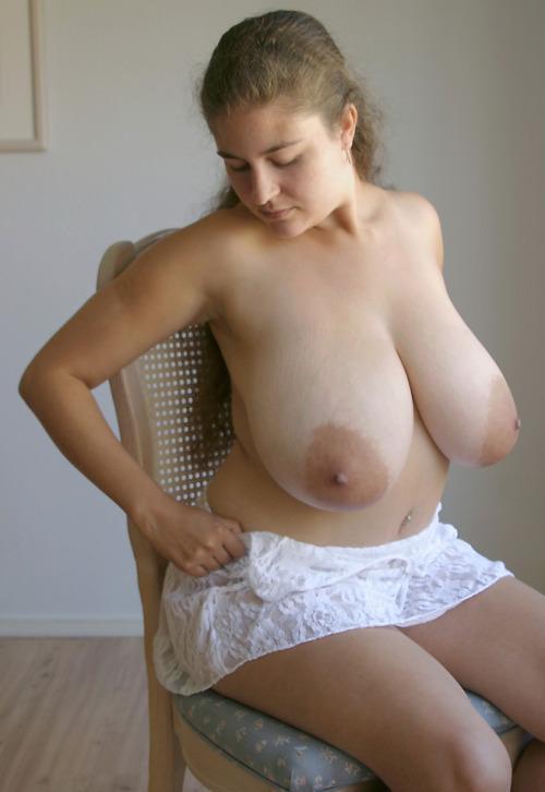 垂れる巨乳が強調される裸エプロン姿!
