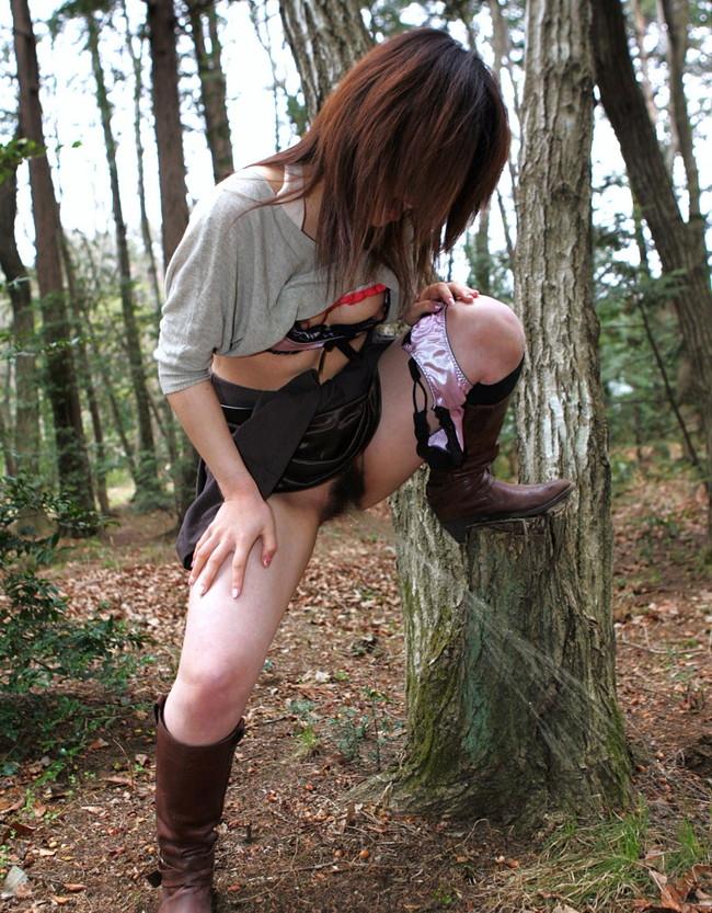木にマーキングするお姉さん!