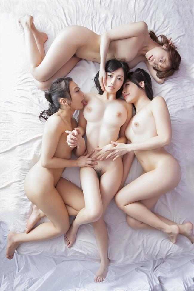 色白な美女達の複数ヌード!