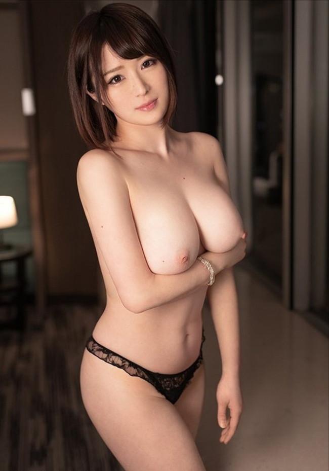 トップレス姿でボリューム満点な巨乳が際立つ!