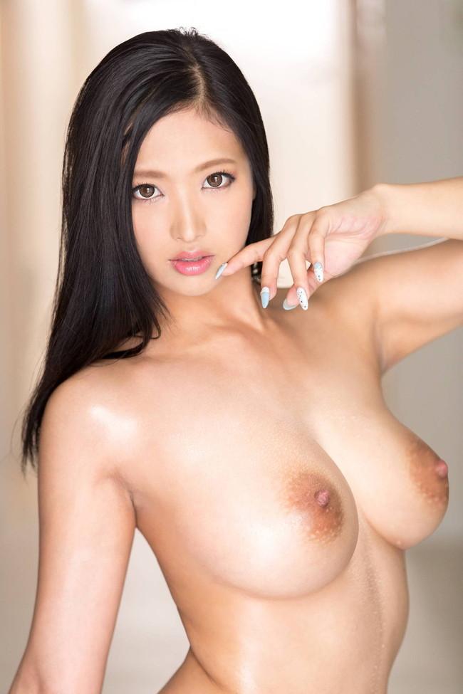 黒髪のセクシー美女が巨乳丸見え!