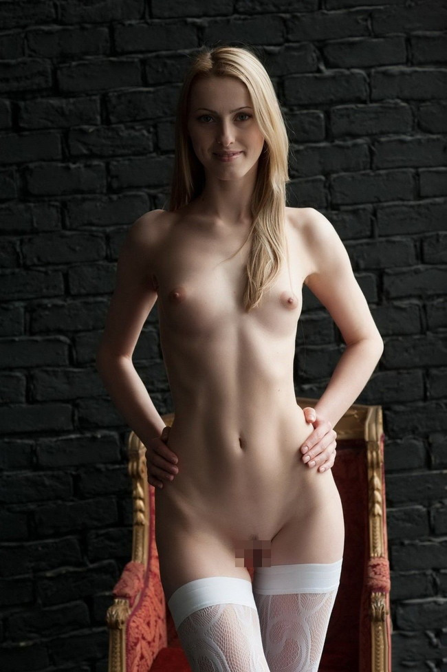 全裸に白ニーソ姿もお美しい…