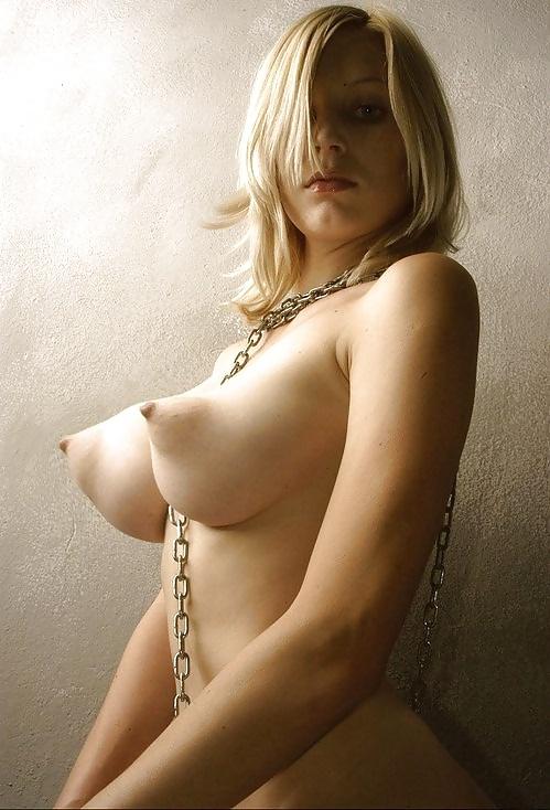 金髪の白人美女がパフィーニップルの乳輪をお持ちで…