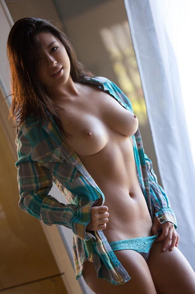 シャツを裸で羽織る美女!
