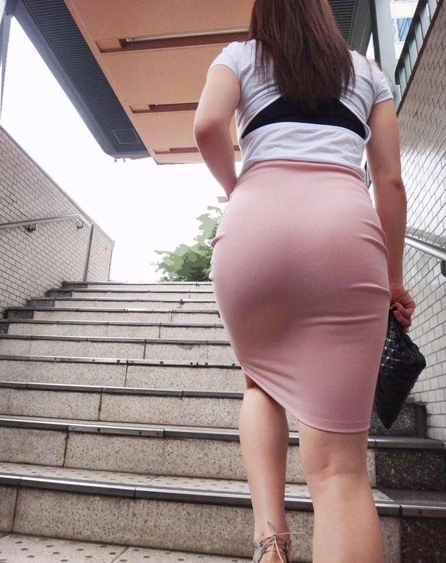 階段でお尻の形がくっきり浮き出る!