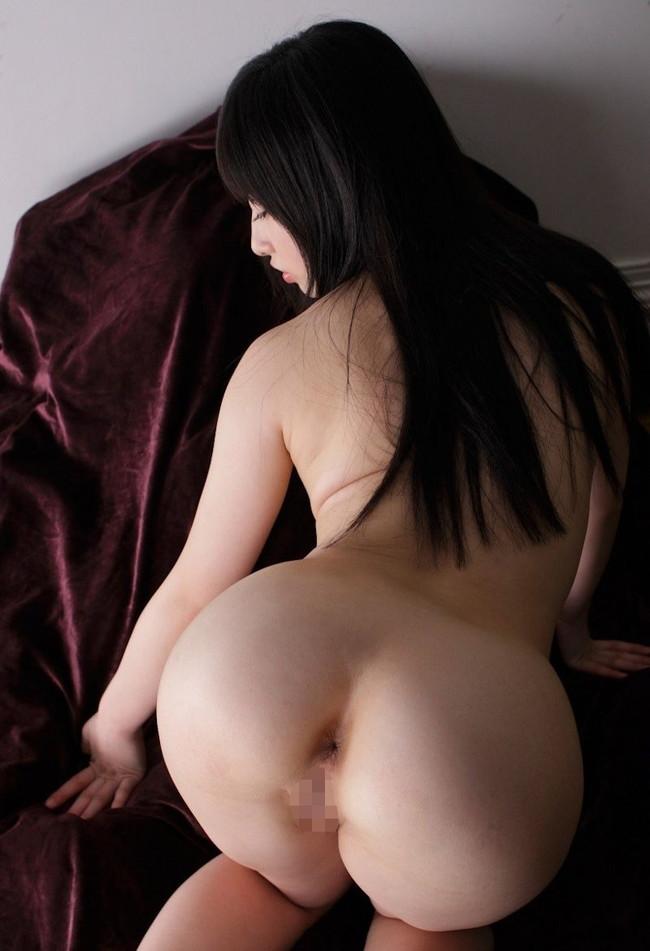 黒髪ロングな美女が全裸で四つん這い!