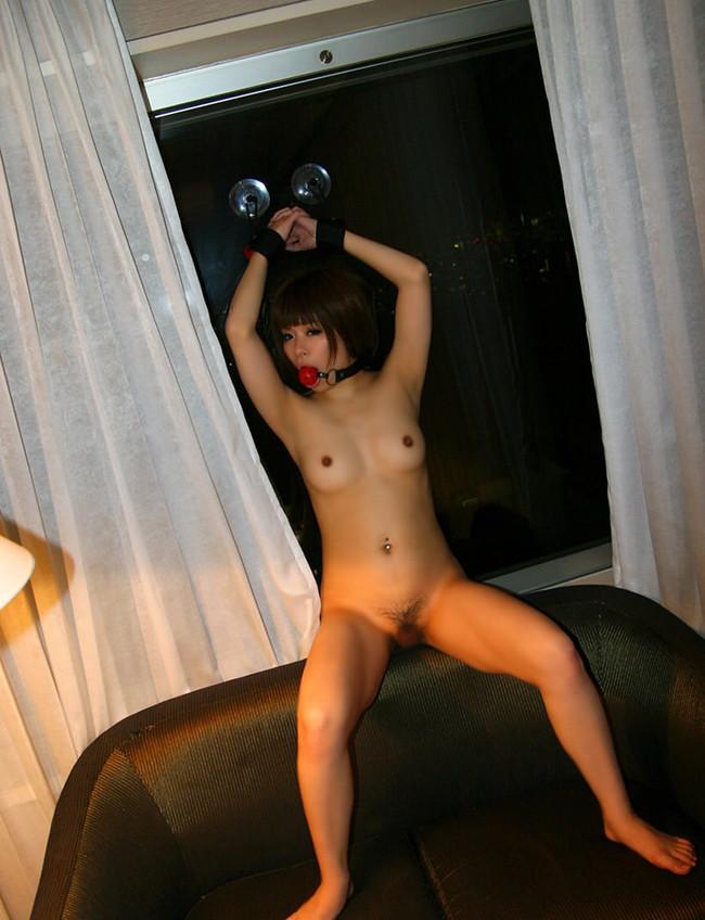 全裸で猿轡と手錠をして…