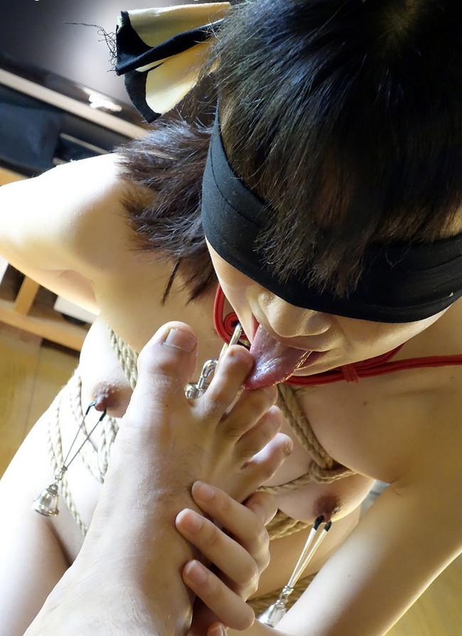 目隠し緊縛しながら男の足を舐める!