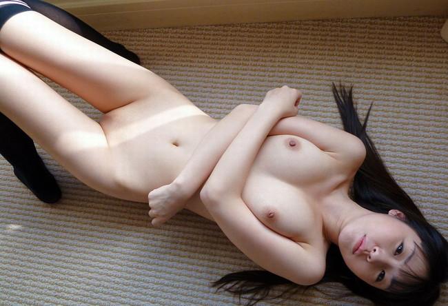 黒髪のロングヘアがそそる美少女が裸な状態!