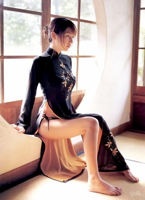 紐パンの紐まで見えてるチャイナドレス着てる美女!