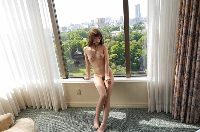 スレンダー美女が窓際ヌード!
