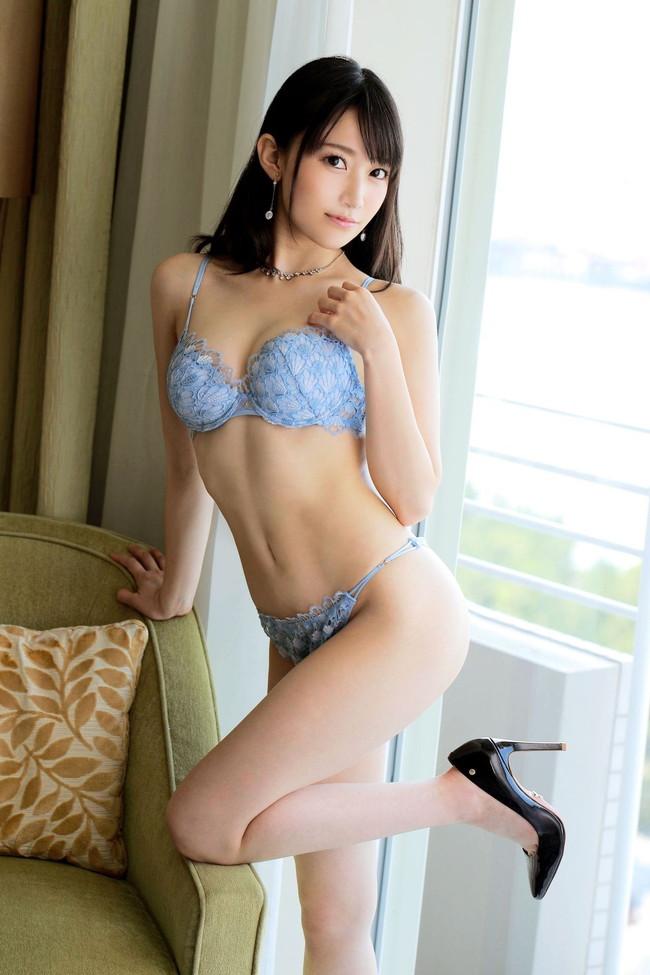 ブルーの下着が爽やかな美女!