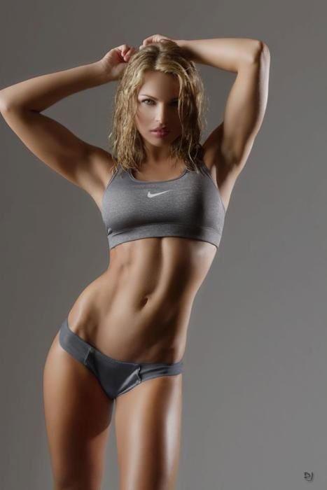 筋肉を見せつけるお姉さんのマッチョボディーが堪らん!