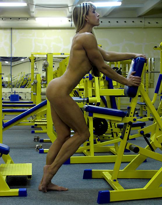 全裸でジムにてトレーニング!