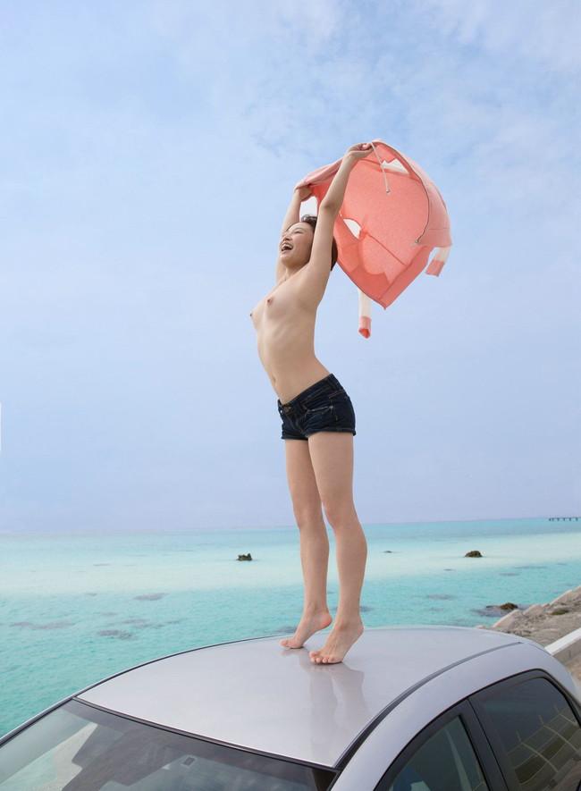 海でホットパンツ姿の美女がトップレスに!
