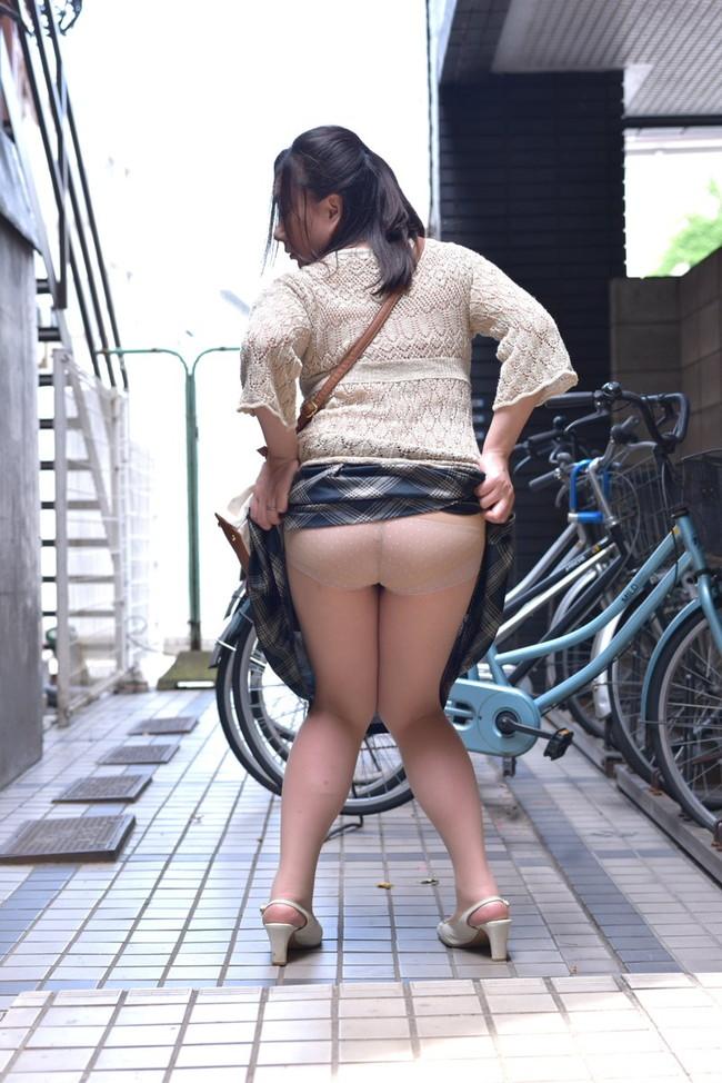 路上でスカート中見せつける!