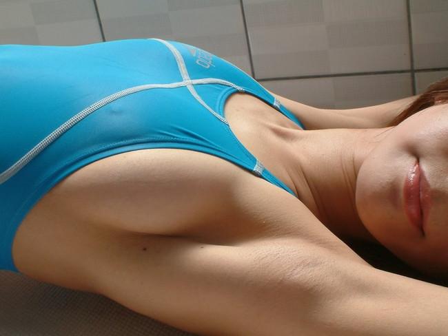 ワキが美しい競泳水着姿の腕上げシーン!