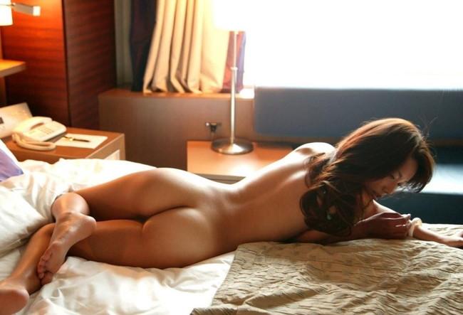 全裸で寝そべりくつろぐお姉さん!