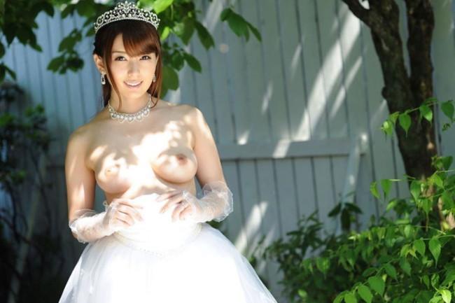 白のウエディングドレスから美乳丸見え!