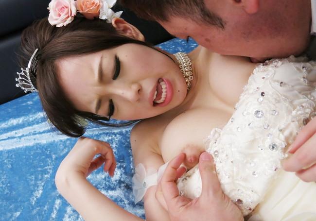 ウエディングドレス姿でおっぱい吸われる花嫁!
