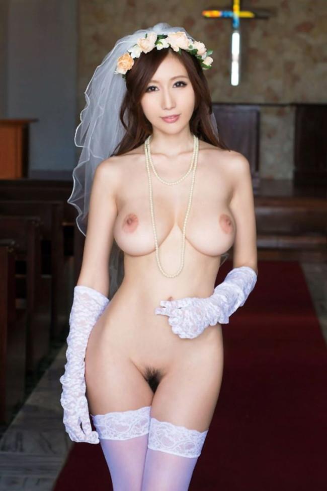 美巨乳の美女が裸で結婚式!