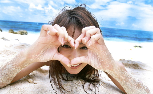 砂浜と海にぴったりな美女の裸!