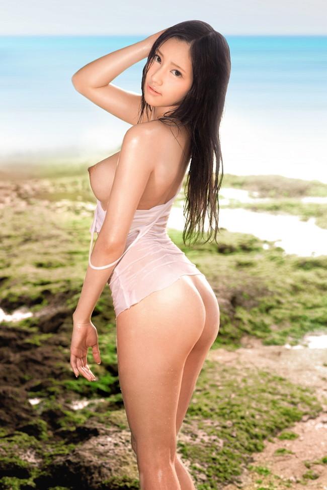 美しい美女の濡れた着衣から裸が丸見え!