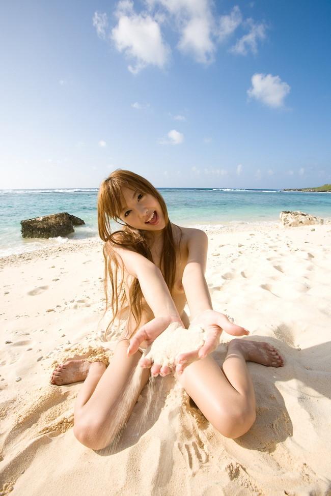 砂浜の砂で遊ぶ全裸美女!