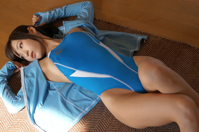 青い競泳水着が爽やかだ!