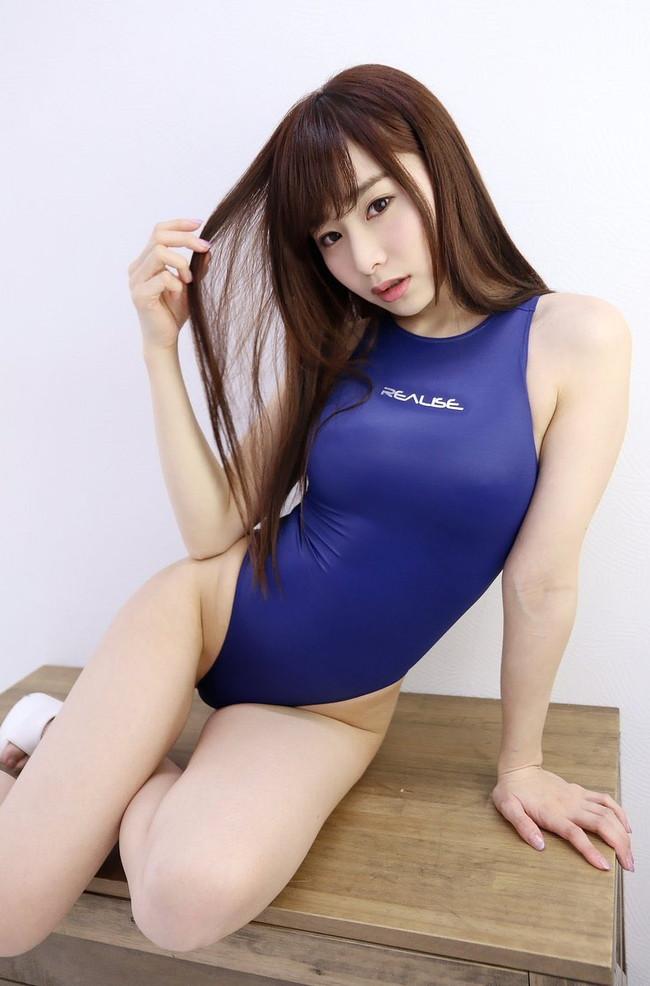 青い競泳水着をセクシー美女が着用中!