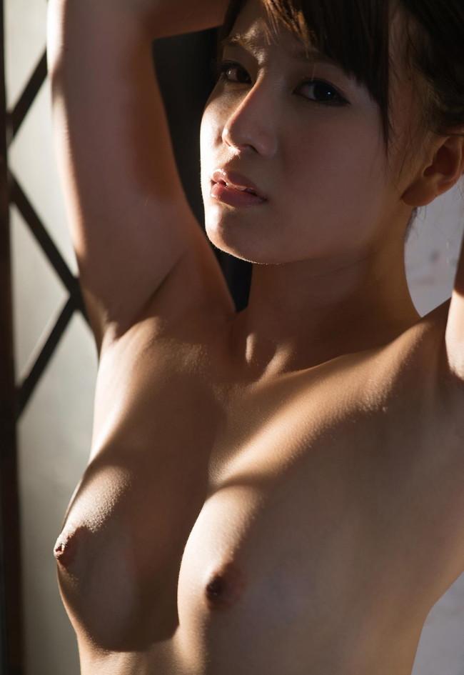 柔らかそうな美乳が丸見えの腕上げヌード!