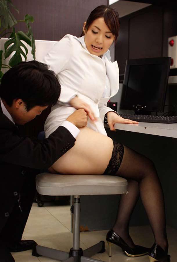仕事中のOLもビックリなスカートめくひ!