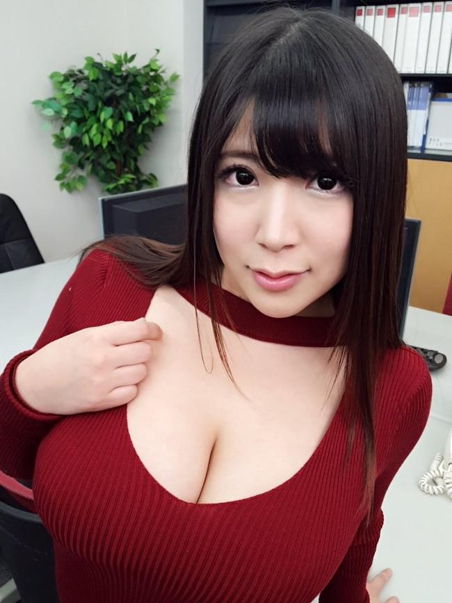 胸開き具合がエロいセーター!