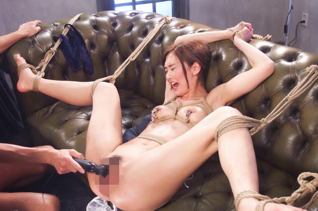 ソファーに拘束されてる美女が電マで感じる!