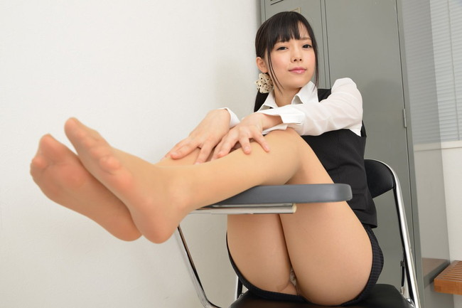机の下でパンチラしてるミニスカOL!