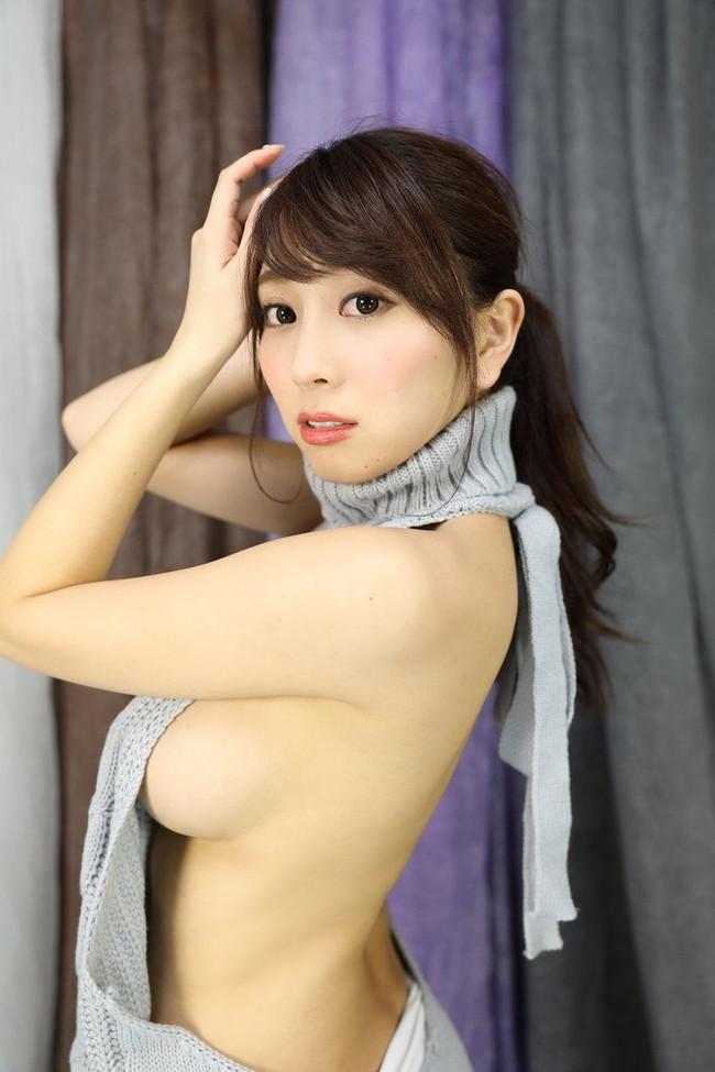 スレンダーな美女が横乳丸見え!