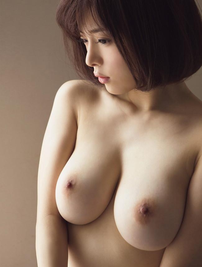 ショートカットの美しい美女が巨乳露出!