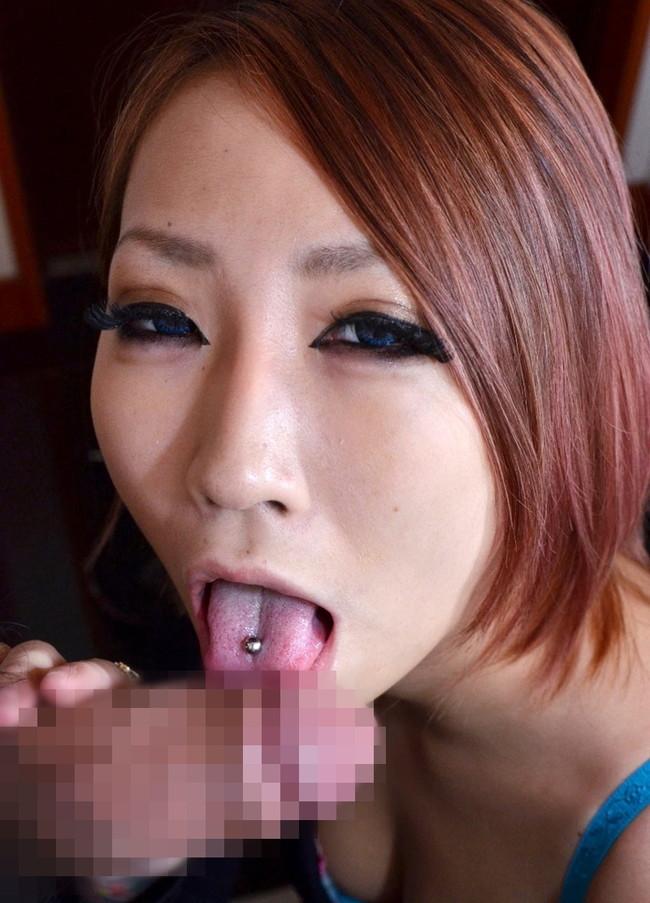 ねっとりと竿を舐める舌ピアス付けたギャル!