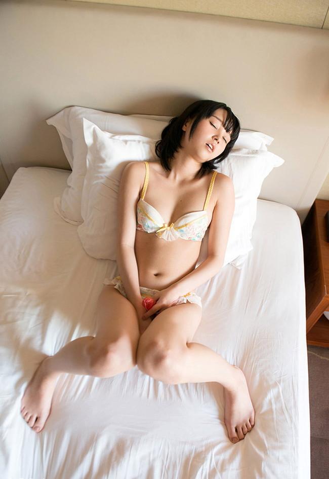ベッドで仰向けオナニー中!