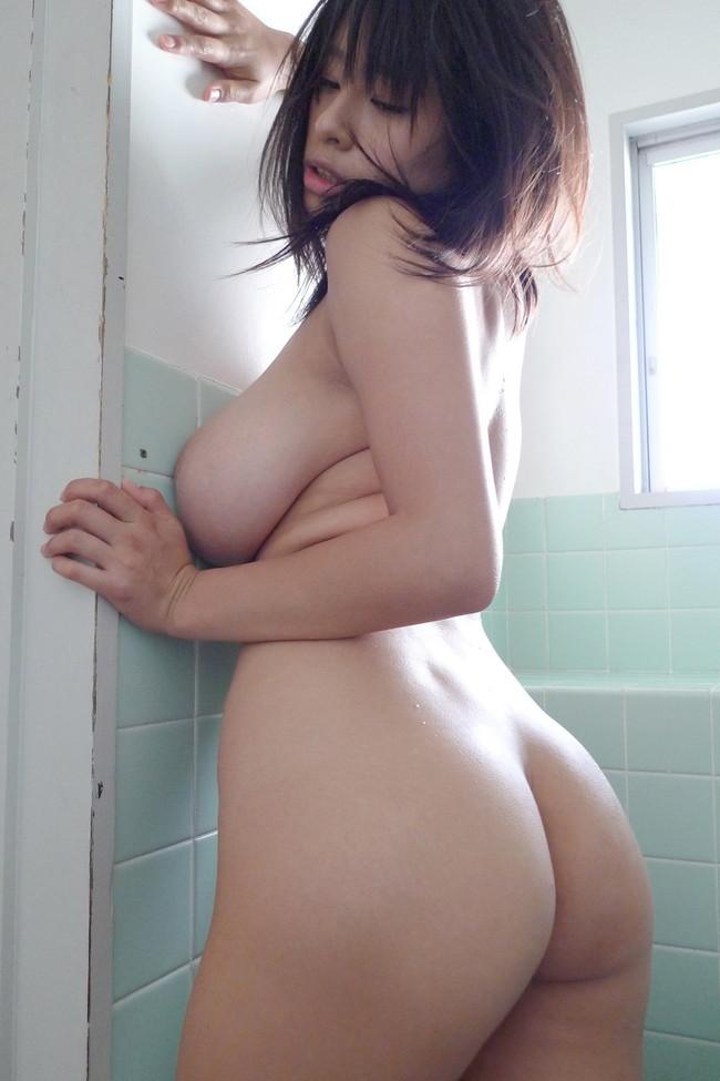 風呂場で美女が美尻を強調!