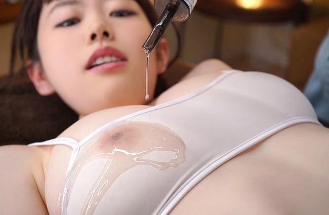 オイルを垂らすと乳首が透ける!