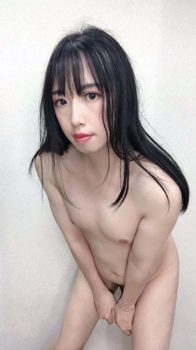 前屈みで全裸のお姉さん!