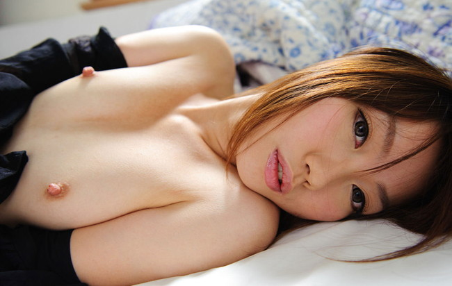 小さい綺麗な乳首が惚れ惚れしちゃう美しさ!