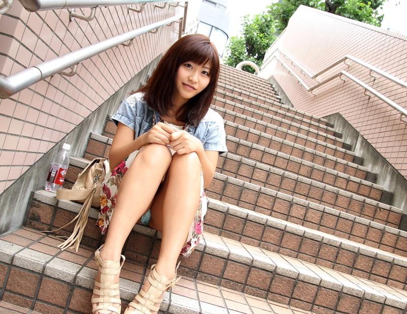 階段に座るお姉さんのパンチラ!