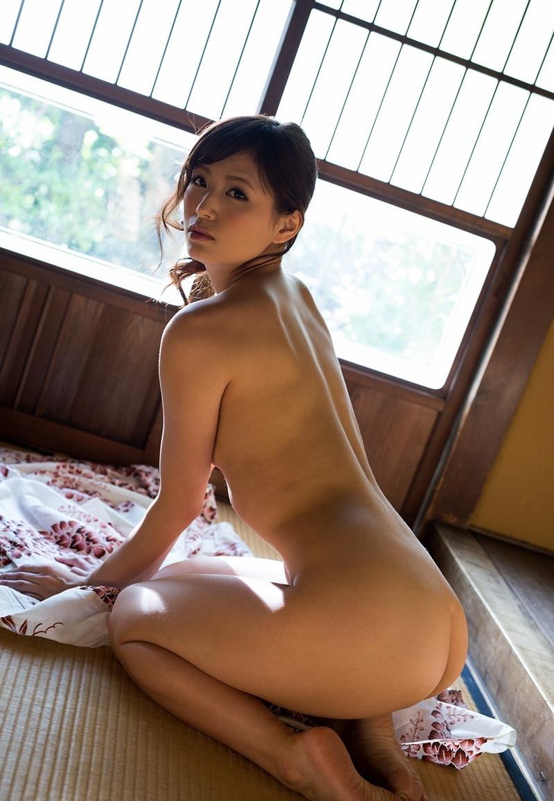 美女の全裸正座にドキドキ!