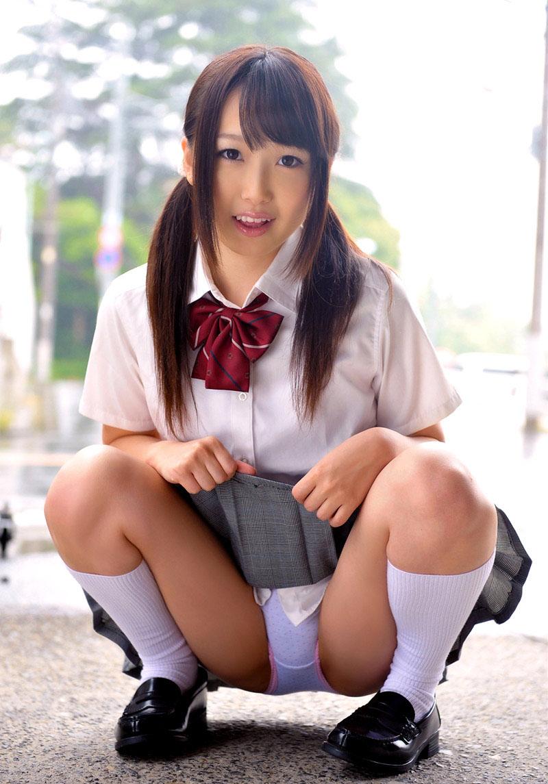 女子校生の綿パンが丸見えなうんこ座り!