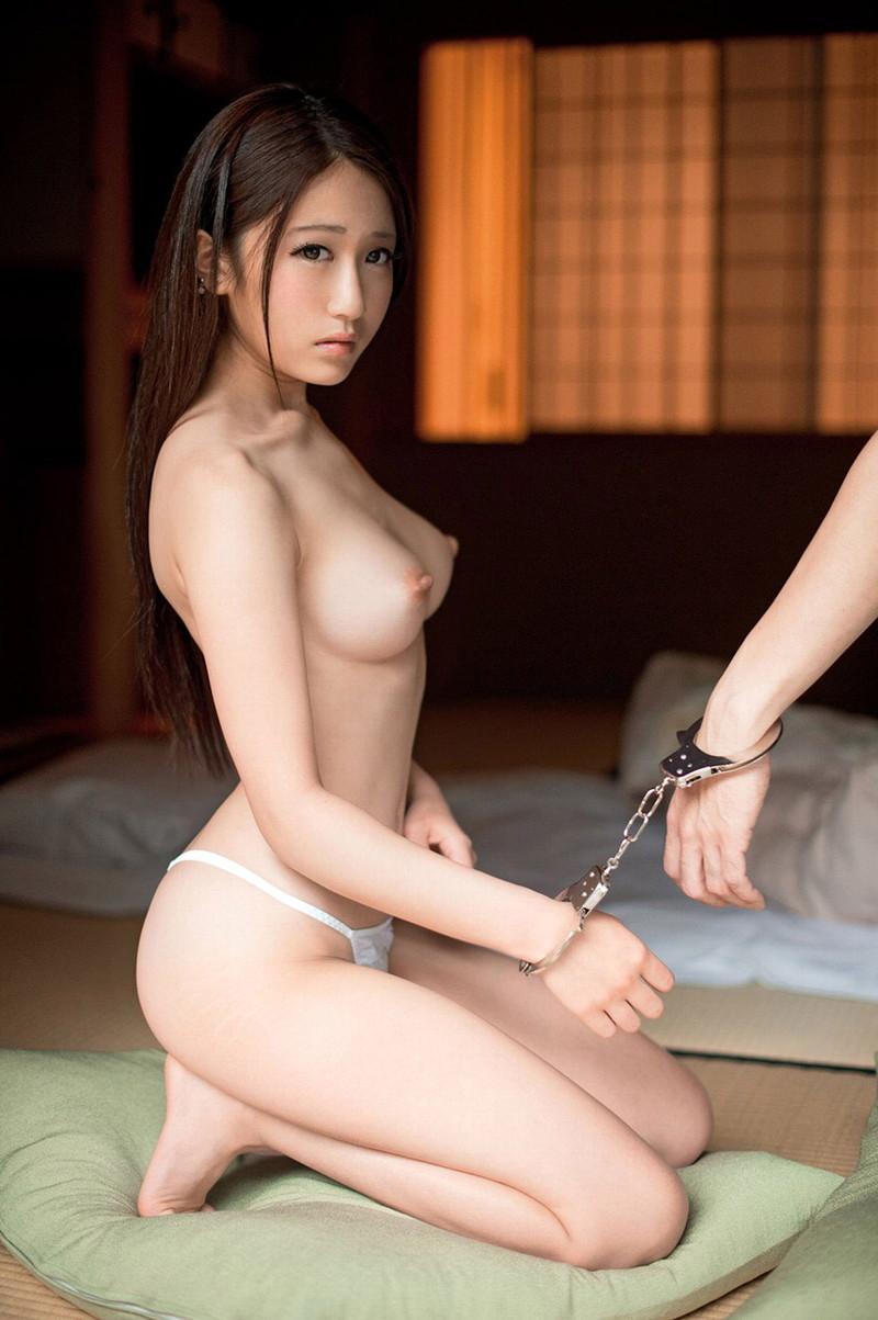 スレンダー美女のトップレス姿がエロい!